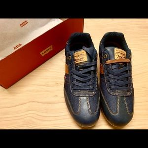 NWT men's sz 9.5 Levi's denim sneakers